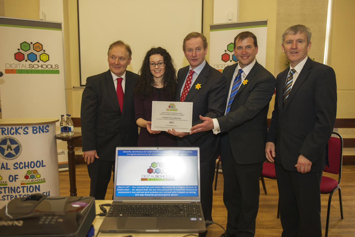 An Taoiseach Enda Kenny presents prestigious national award to local school